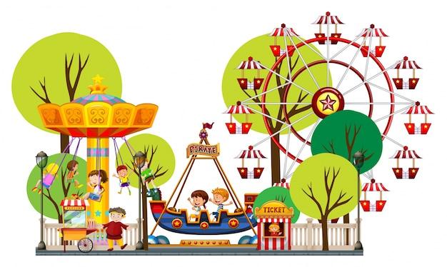 Bambini che giocano nel parco a tema
