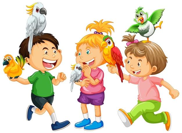 Bambini che giocano con gli uccelli pappagallo su sfondo bianco