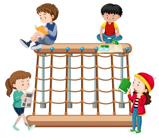 Bambini che leggono un parco giochi