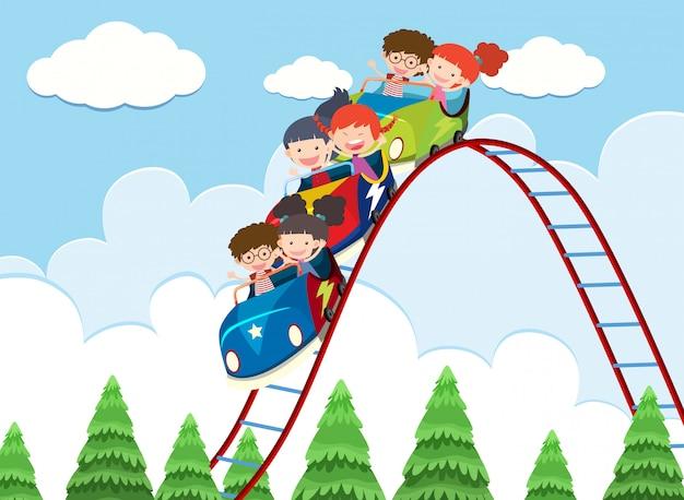 Bambini che corrono sulle montagne russe