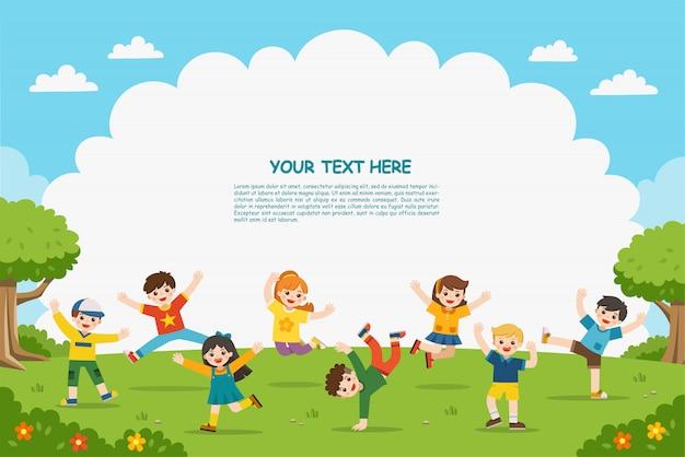 Attività per bambini. i bambini felici saltano sul parco. modello per brochure pubblicitarie.