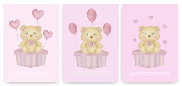 Modello di biglietto d'auguri per bambini con simpatico orsacchiotto seduto su una confezione regalo.