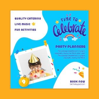 Modello di volantino quadrato compleanno per bambini Vettore Premium