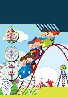 Bambini al modello del parco a tema