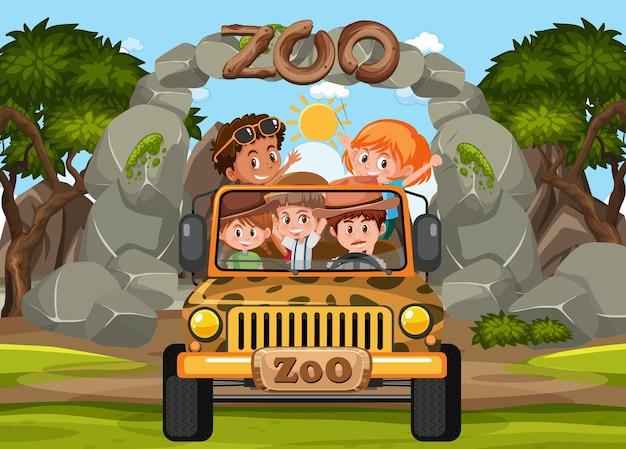 I bambini sull'auto turistica esplorano la scena dello zoo