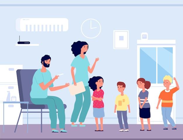 Vaccinazione dei bambini. uomo con siringa e bambino emotivo.