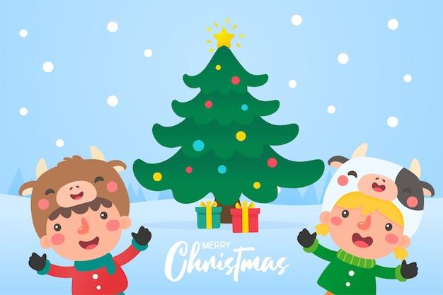 I bambini indossano abiti invernali all'esterno per decorare l'albero di natale