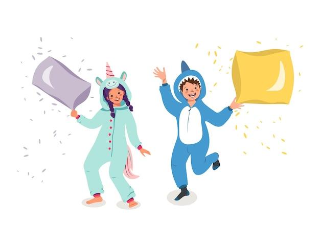 Bambini che indossano tute o kigurumi di diversi animali isolati su sfondo bianco. bambini allegri in vestiti di unicorno e squalo. battaglia di cuscini. costumi di carnevale. illustrazione di vettore del fumetto piatto.