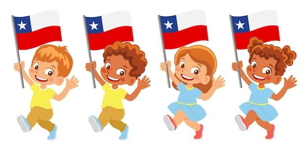 Bandiera del cile in mano. bambini che tengono bandiera. bandiera nazionale del cile