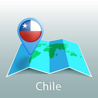Mappa del mondo di bandiera del cile nel pin con il nome del paese su sfondo grigio