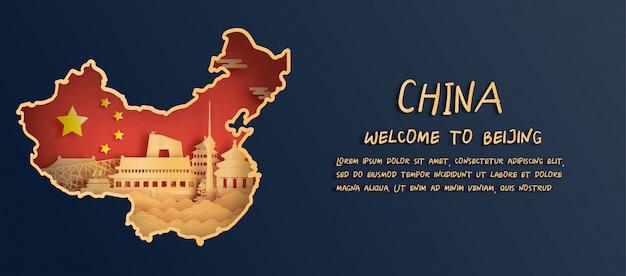 La bandiera e la mappa della cina con l'orizzonte di pechino, punti di riferimento di fama mondiale nello stile del taglio della carta