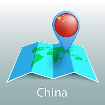 Mappa del mondo di bandiera cina nel pin con il nome del paese su sfondo grigio