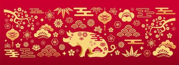 Motivi floreali cinesi in oro, ornamenti, elementi con simbolo di maiale su sfondo rosso