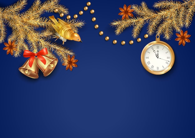 Sfondo di natale con un orologio, ramoscelli di abete e ornamenti d'oro di natale