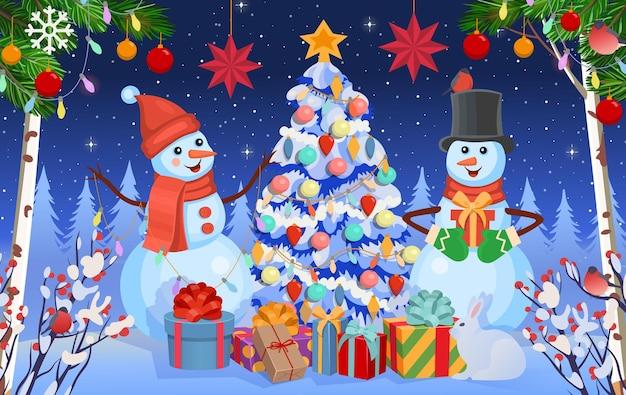 Sfondo di natale con pupazzi di neve abete e regaliforesta invernale in inverno