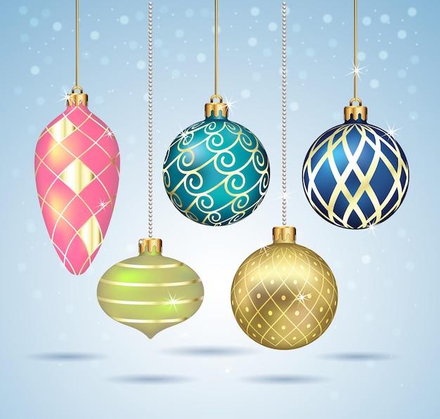 Ornamenti delle palle di natale che appendono sul filo dell'oro