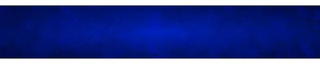 Banner natalizio di fiocchi di neve di diverse forme, dimensioni e trasparenza su sfondo blu