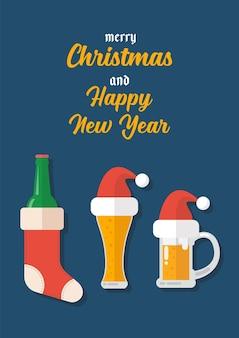 Boccale di birra di birra di natale con biglietto di auguri di decorazione natalizia. buon natale e felice anno nuovo.