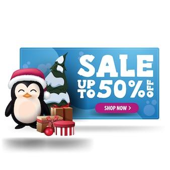 Banner di sconto blu di natale con bottone viola e pinguino in cappello di babbo natale con regali