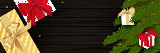 Composizione in natale su fondo in legno. decorazione natalizia, pallina, fiocco di neve di colore nero, ghirlanda dorata, pigna, rami di abete. balck realistico struttura in legno. vista piana laico e dall'alto.