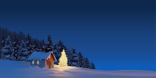 Cottage di natale e albero di natale illuminato nel cortile