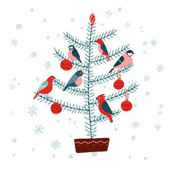 Abete di natale con uccelli, decorato con palline. isolato su sfondo bianco.