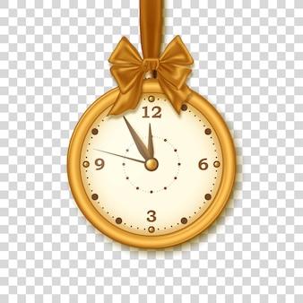 Orologio di natale dorato con nastro e fiocco isolato su sfondo trasparente. cinque minuti a mezzanotte.