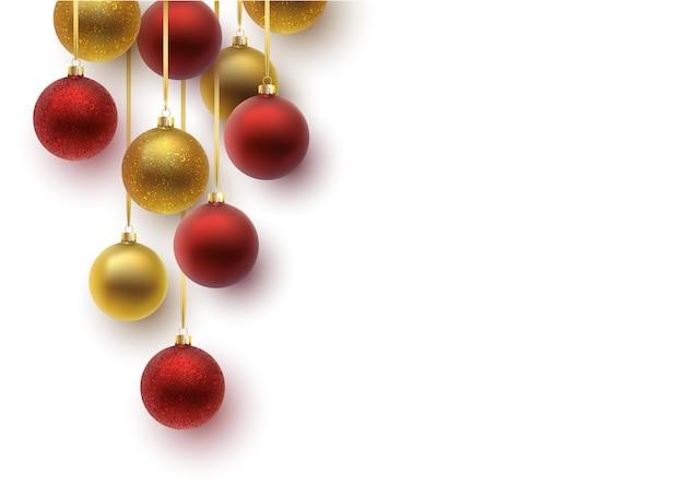 Biglietto di auguri di natale. palla di natale rossa e dorata, con ornamento e lustrini. lettere disegnate a mano.