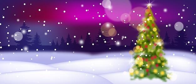 Paesaggio invernale di vacanze di natale con albero di natale decorato sfocato, cumuli di neve, silhouette della foresta