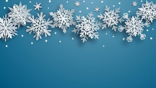 Illustrazione natalizia di fiocchi di neve di carta bianchi complessi con ombre morbide su sfondo azzurro