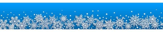 Banner di natale senza soluzione di continuità di fiocchi di neve di carta con ombre morbide su sfondo azzurro. con ripetizione orizzontale
