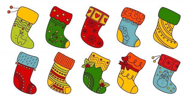 Set di linea piatta di calze di natale. calze tradizionali e decorate di vacanza lineare variopinta del fumetto. calze natalizie per regalo, agrifoglio decorato e fantasie. collezione di design di capodanno. illustrazione