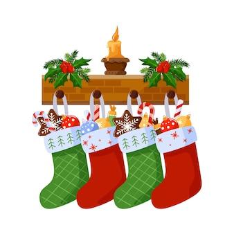 Calzini di natale con regali e dolci.