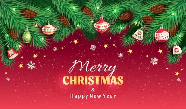 Rami di albero di natale con pigne, giocattoli di natale, campane, stelle, fiocchi di neve su sfondo rosso con testo buon natale e felice anno nuovo