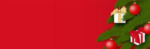 Albero di natale decorato con palline e scatole regalo. oggetto isolato, vettoriale su sfondo rosso.
