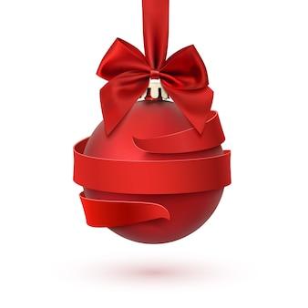 Decorazione per albero di natale con fiocco rosso e nastro intorno, isolato su sfondo bianco. biglietto di auguri, brochure o poster modello.