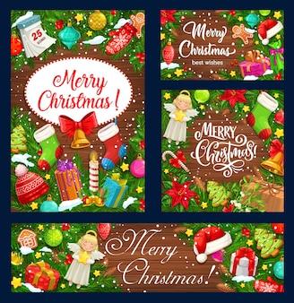 Ghirlande dell'albero di natale con i regali di natale su fondo di legno, progettazione di vacanze invernali. campane di natale, scatole regalo e neve, cappello da babbo natale, stelle e campane, rami di agrifoglio, calzini e calendario