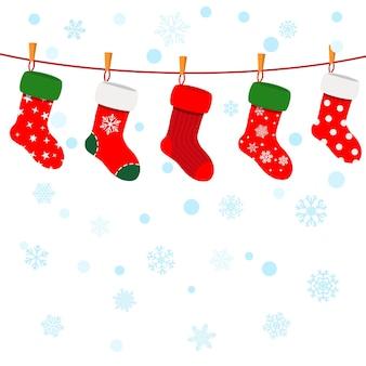 Natale con fiocchi di neve e calzini appesi a una corda
