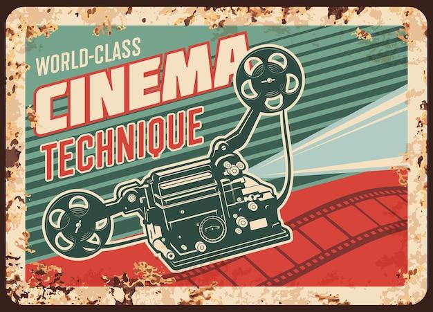 Piastra metallica arrugginita tecnica cinematografica con videocamera vintage e bobine di pellicola