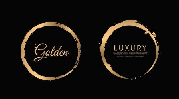 Pennellate di vernice oro cerchio isolati