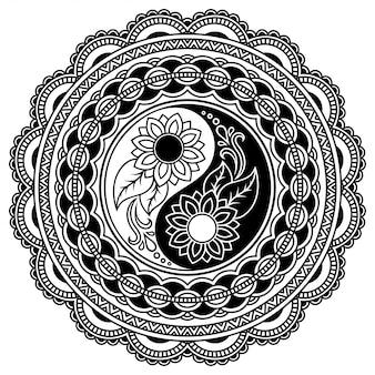Modello circolare a forma di decorazione mandala. ornamento decorativo in stile etnico orientale con simbolo disegnato a mano yin-yang. illustrazione di doodle di contorno