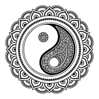 Modello circolare a forma di mandala. ornamento decorativo in stile etnico orientale con simbolo disegnato a mano yin-yang. illustrazione di doodle di contorno.