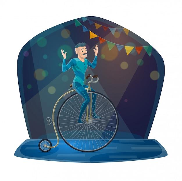 Acrobata di circo che guida bicicletta d'annata sull'arena