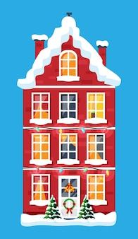 Casa in città coperta di neve