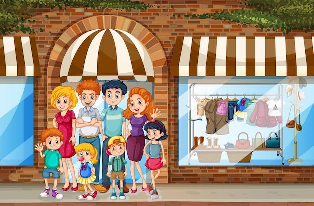 Scena della città con la famiglia felice in piedi davanti al negozio