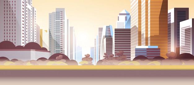 Grattacieli della città con inquinamento atmosferico da gas tossico