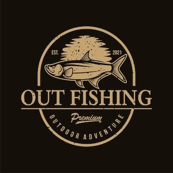 Logo di pesca classico isolato sul nero