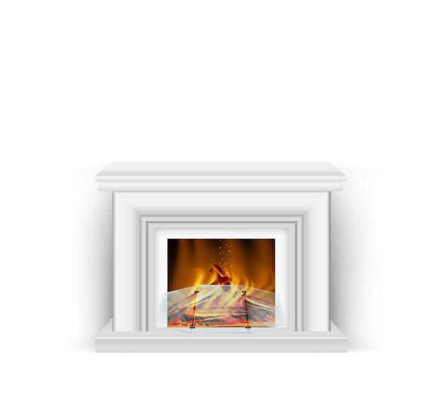 Classico camino bianco con un fuoco ardente per interni