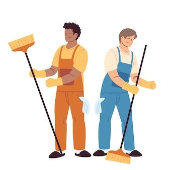 Uomini di servizio di pulizia con guanti e utensili per la pulizia