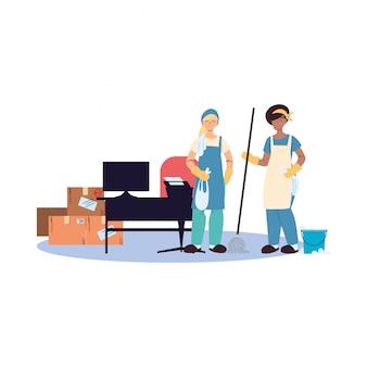 Donne delle pulizie facendo lavori di pulizia degli uffici